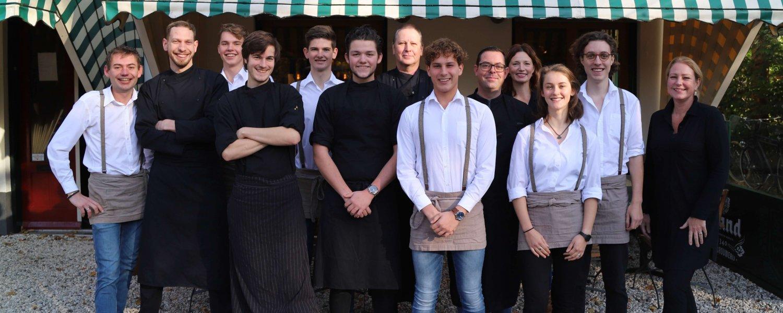 Teamfoto recht voor restaurant